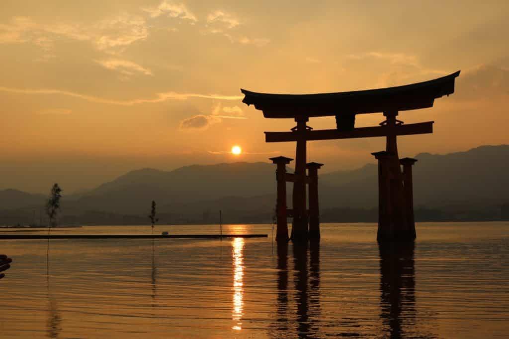 Enorme torii en el agua, un lugar que es imprescindible ver en Japón en la Isla Miyajima