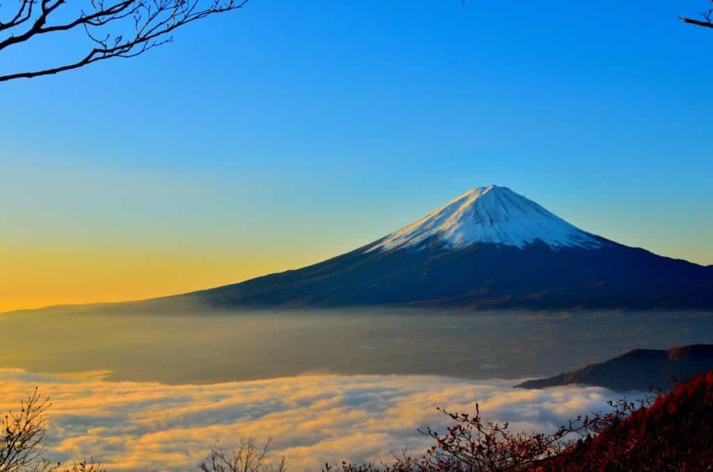 Un lugar que no puedes dejar de ver en Japón es el Monte Fuji y su belleza.