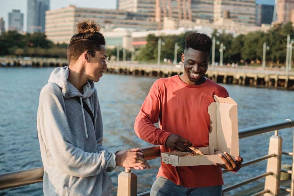 Comparte una pizza con amigos en Estados Unidos.