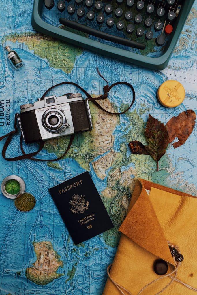 Pasaporte y cámara para viajar