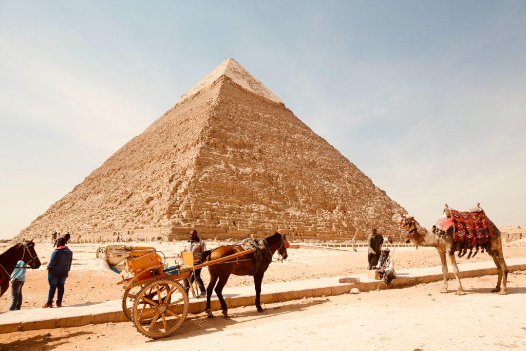 Pirámide en el desierto de Egipto.