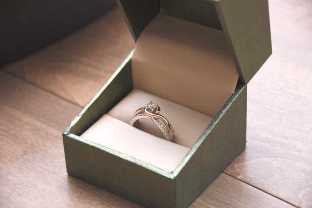 joya anillo en caja