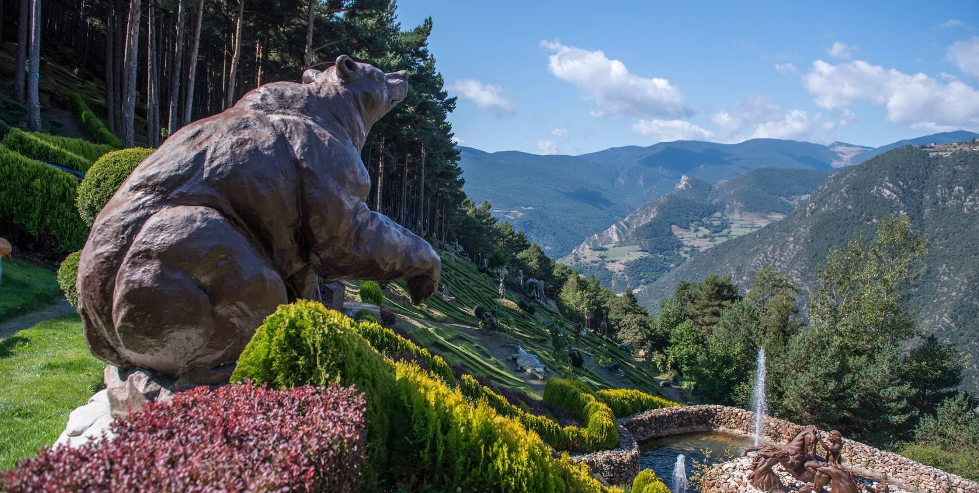 escultura de oso en los jardines contemporáneos de Juberri