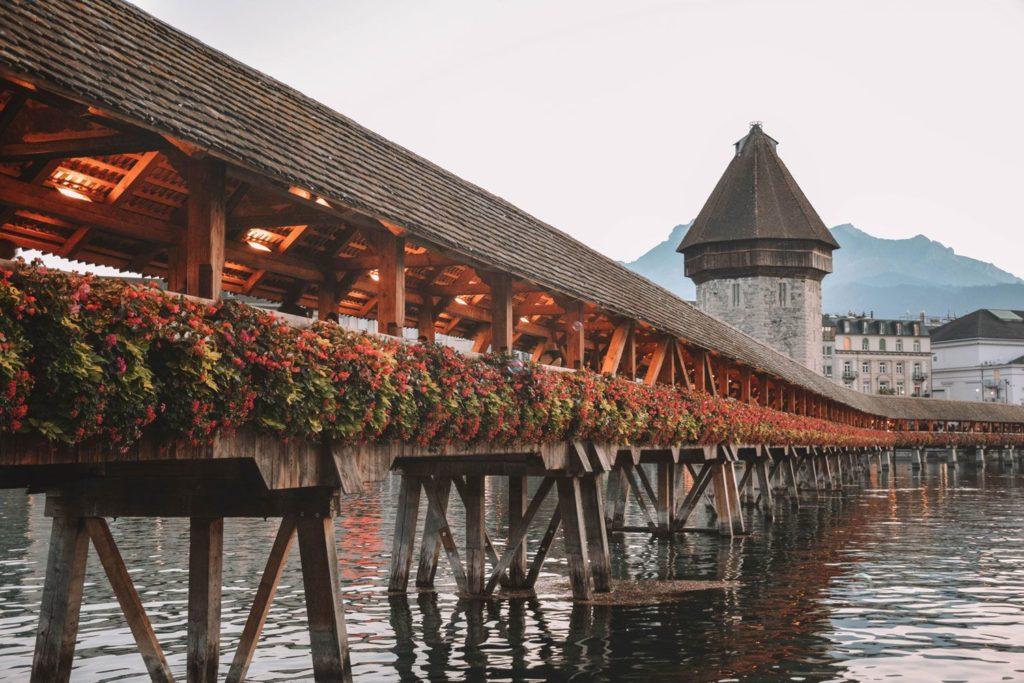 Puente madera de la ciudad suiza Lucerna