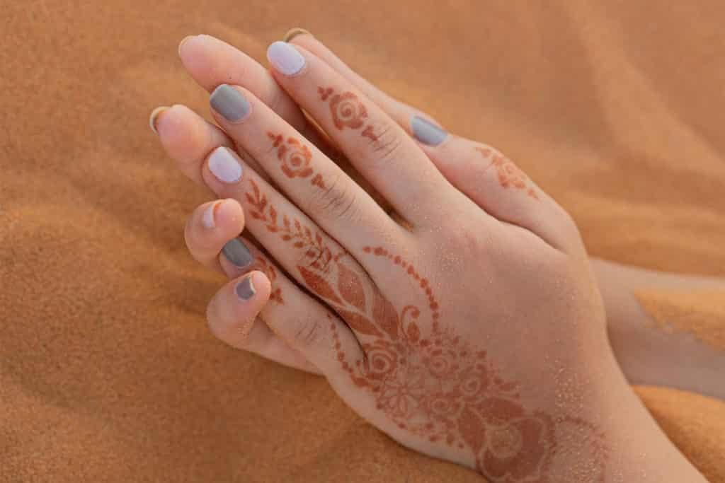 Tatuaje de Henna con técnica Mehndi, viajar a los desierto de Marruecos