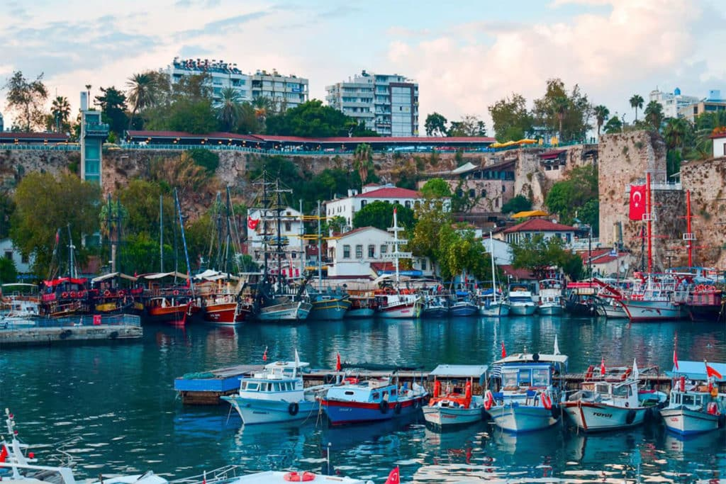 Kaleiçi, embarcadero en riviera turca de Antalya, turquía, puerto