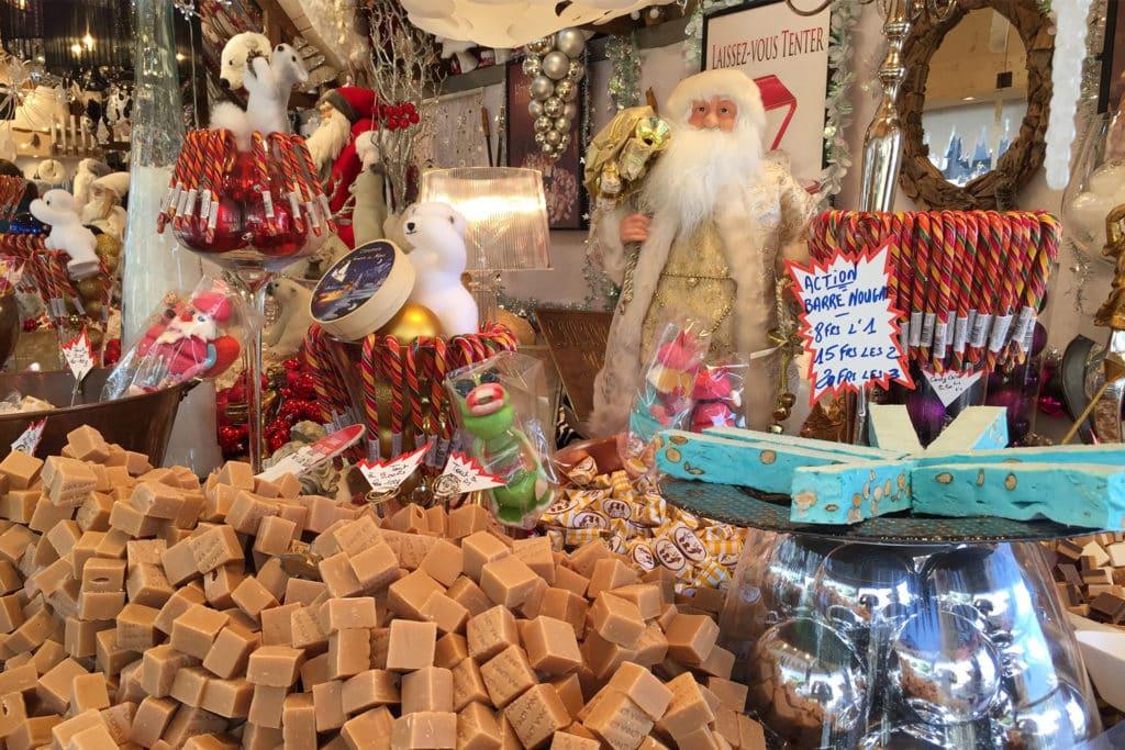 Productos navideños y artesanías en el Mercado de Montreux, Suiza, casa de Noel