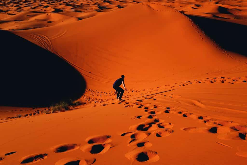 Parcticar sandboard en tu viaje a Merzouga, desierto de Marruecos