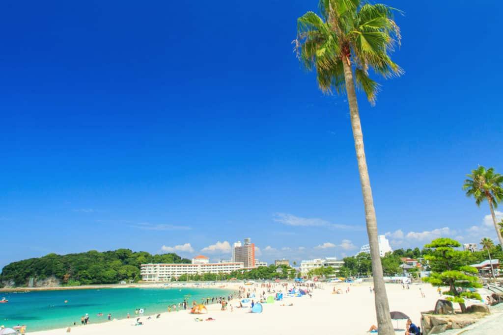 Playa Shirahama en Japón, mar turquesa