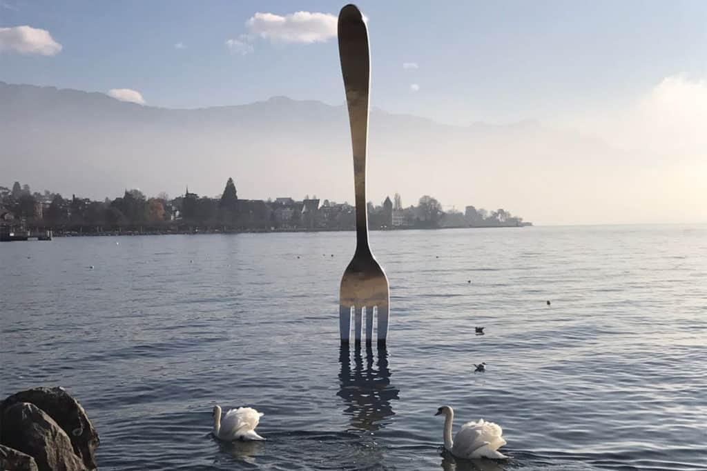 Tenedor gigante en el lago Leman, que ver en Montreux, Suiza