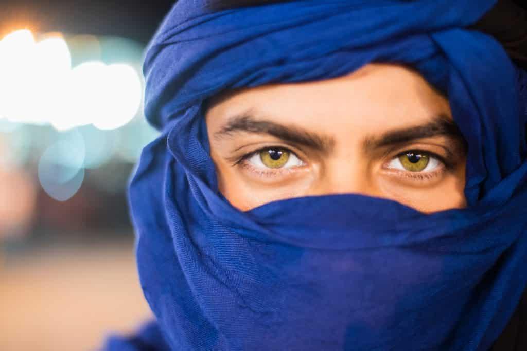 Uso del turbante en el desierto de Marruecos.