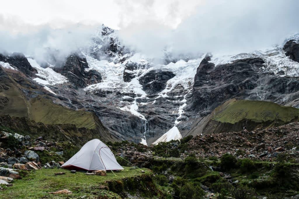 Campamento libre en las faldas de la montaña Salkantay, trek