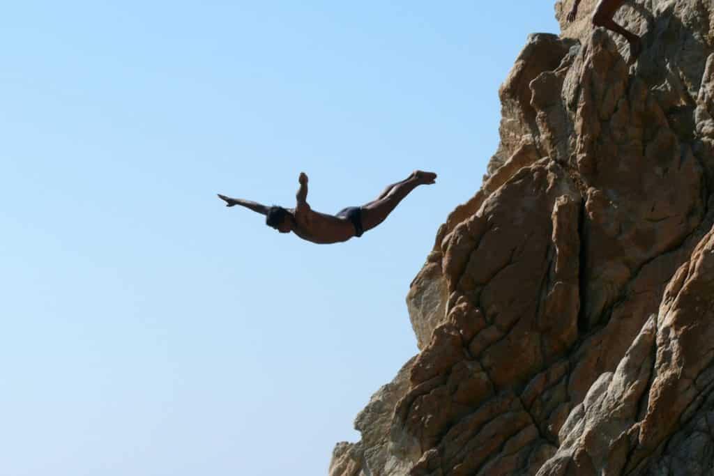 Salto de un hombre en La Quebrada de Acapulco, México