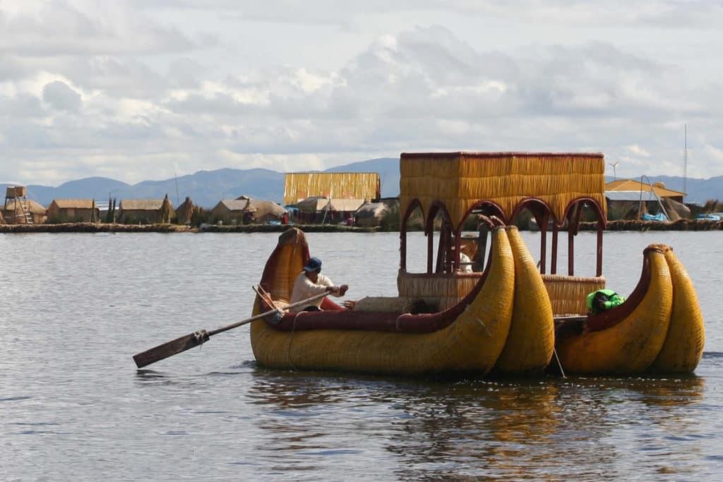 Balsa de totora en el Lago Titicaca, que ver en Perú