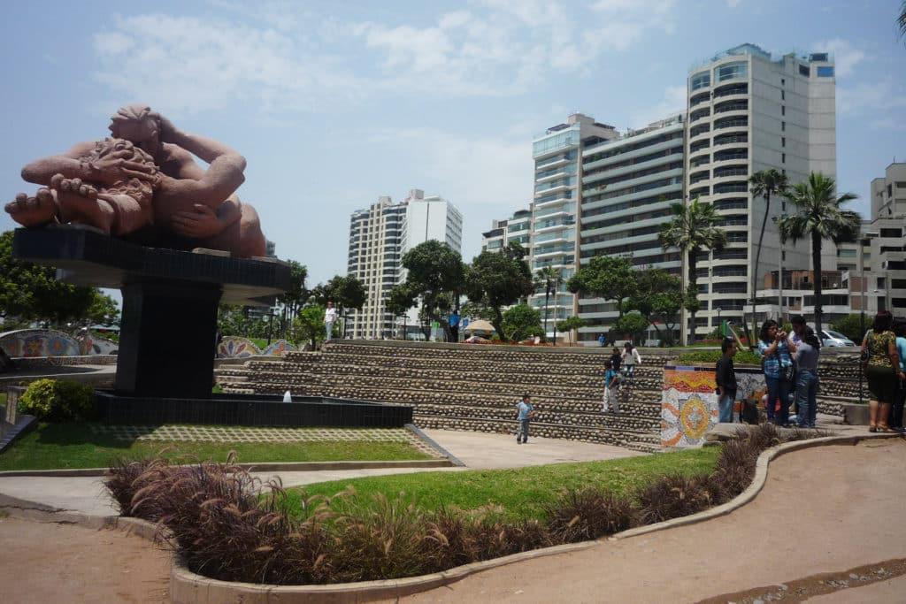 """Monumento """"El Beso"""" en el Parque del Amor, Lima, qué ver en Perú"""