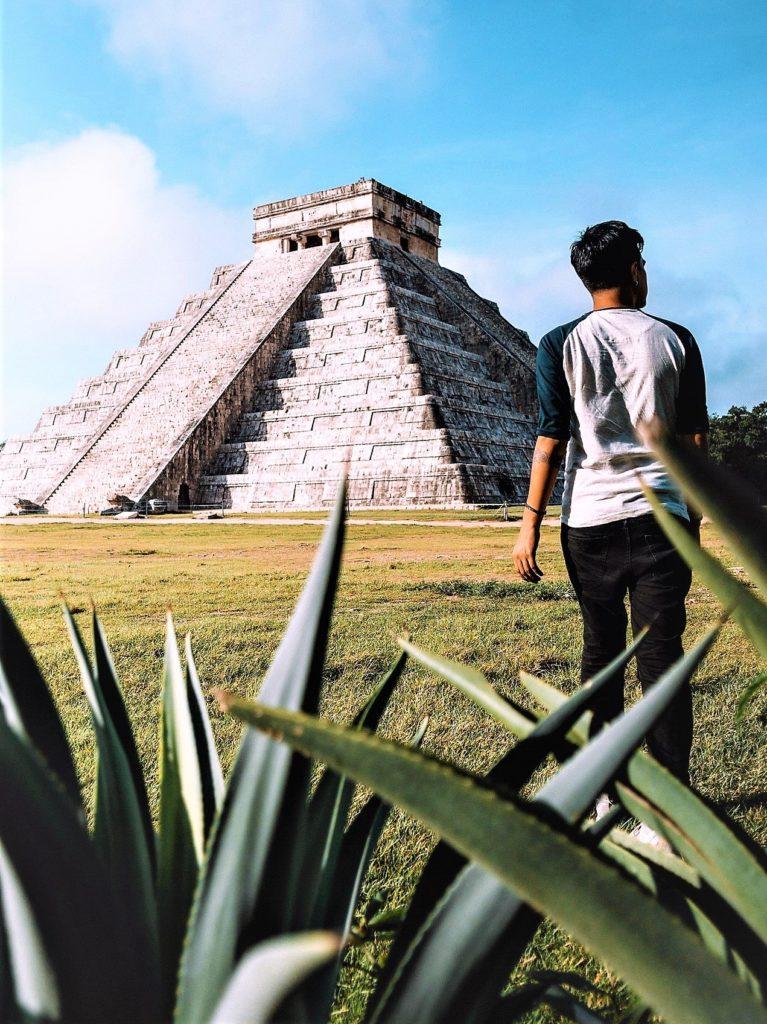 Vista a la pirámide en Chichen Itza