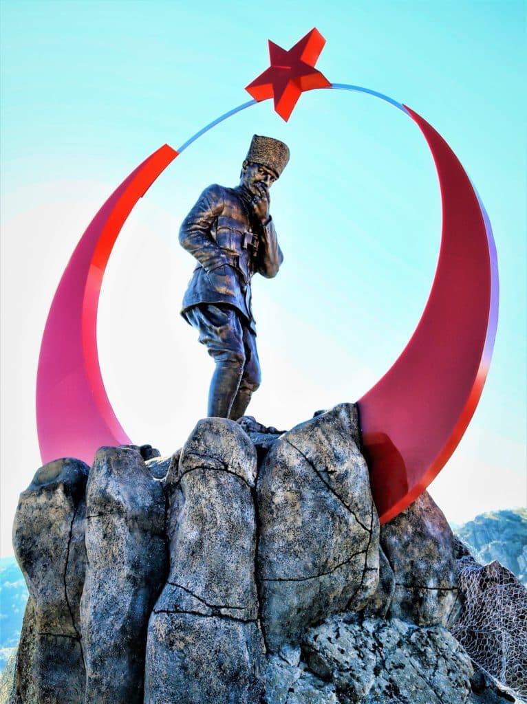 Estatua militar con bandera