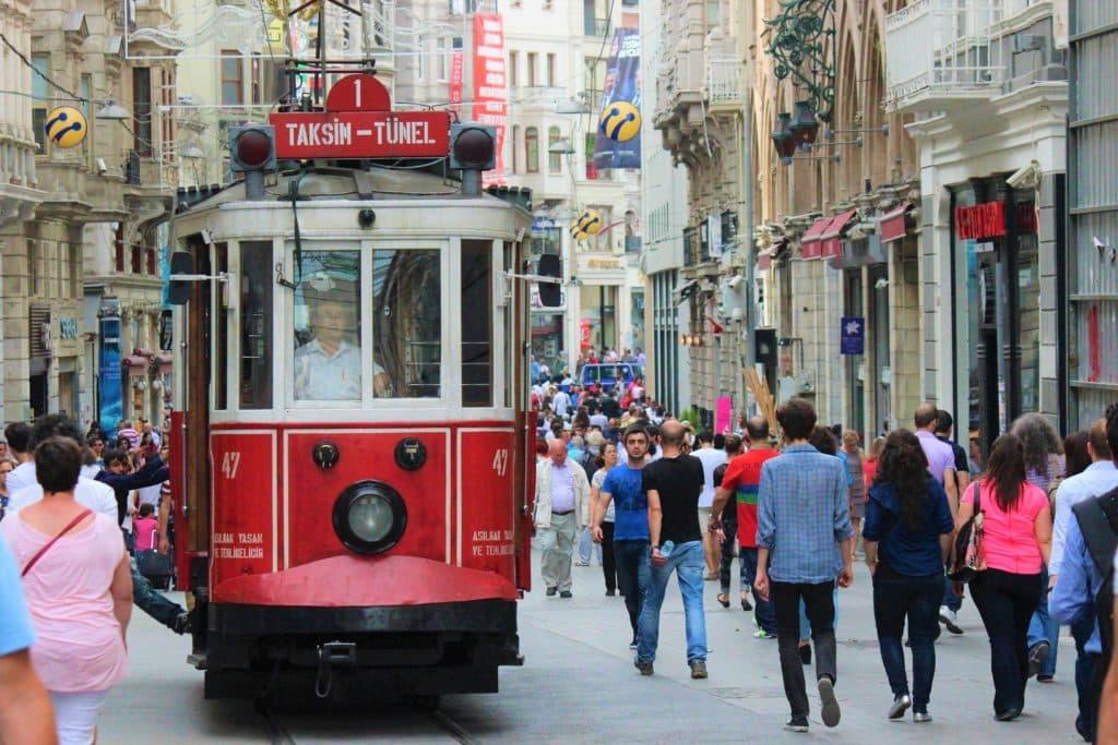 Personas por la ciudad y en tranvía Turquía