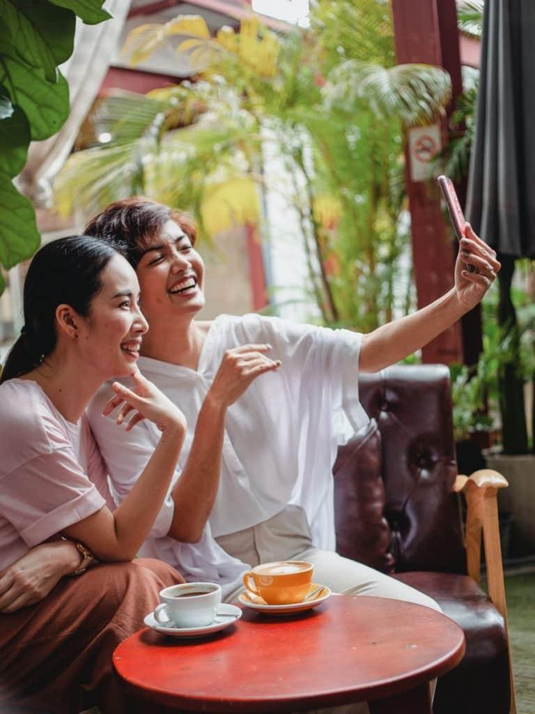 Selfie entre amigas para redes sociales