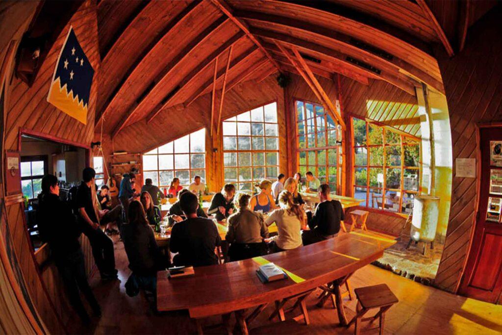 w trek, torres del paine, howlanders, ruta, tours, chile, patagonia, viajeros comiendo, refugio