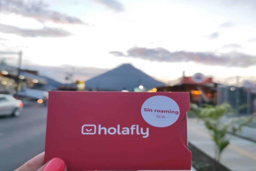 SIM-Karte von Holafly vor dem Vulkan Arenal in Costa Rica