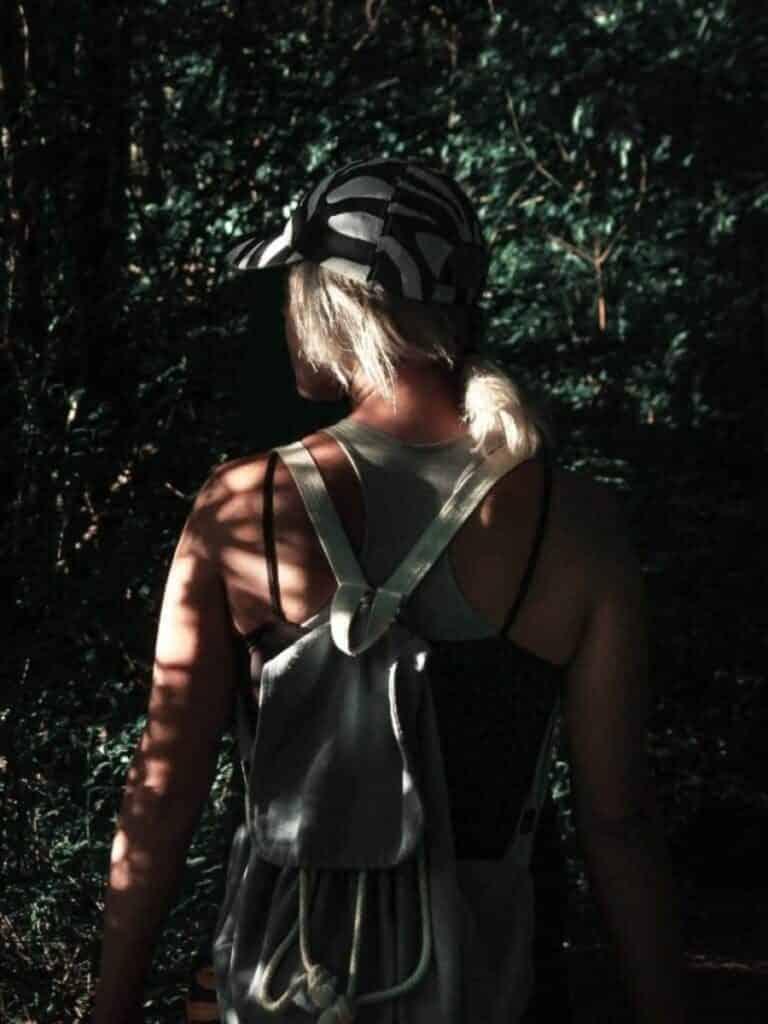 Frau in den Wäldern von Serbien
