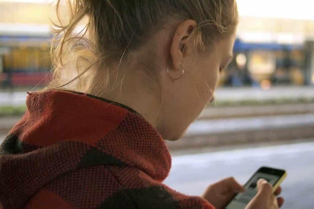 Touristen in Russland mit dem Handy im Internet