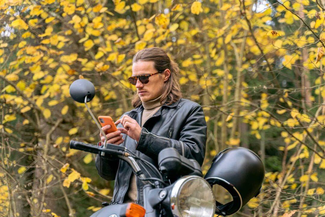 Mann fährt Motorrad in Serbien