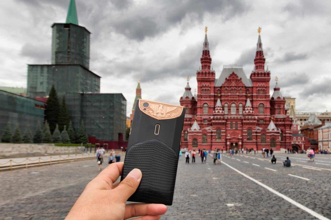 Place Rouge à Moscou avec un téléphone portable et l'Internet