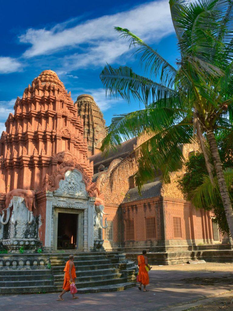 Visitez des lieux au Cambodge comme les temples pour en apprendre davantage sur leur religion et n'oubliez pas votre carte SIM.