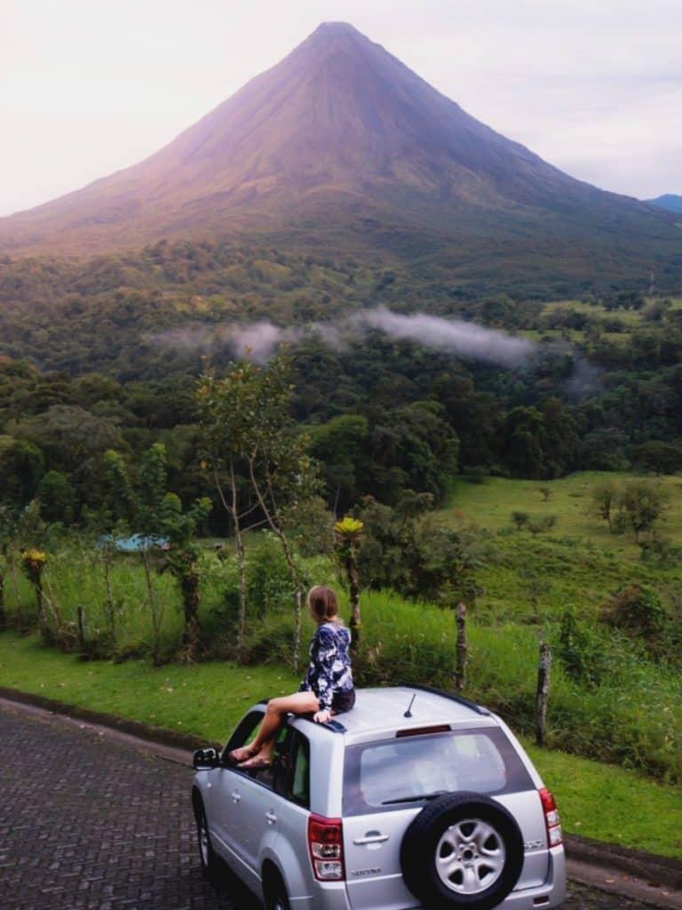 Voyagez en toute sécurité en voiture à travers le volcan Arenal au Costa Rica.