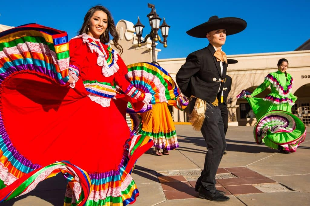 """Charro"" et ""China Poblana"" dansant le Jarabe Tapatio à Jalisco City."