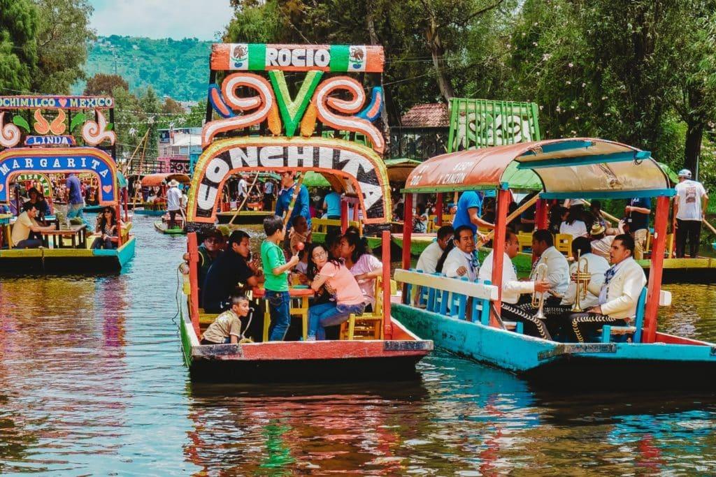 Trajineras, bateaux qui parcourent le fleuve à Xochimilco, Mexique.