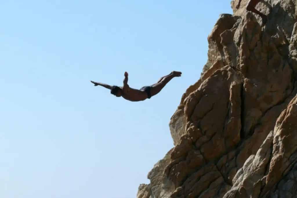 Plongeur sautant de la falaise La Quebrada à Acapulco, mexique, acapulco mexique