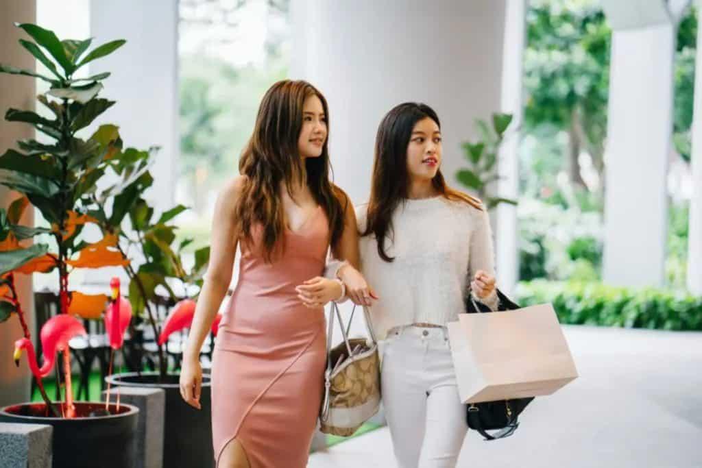 Deux fenmes faisant eles magasins avec des sacs, monnaie mexique