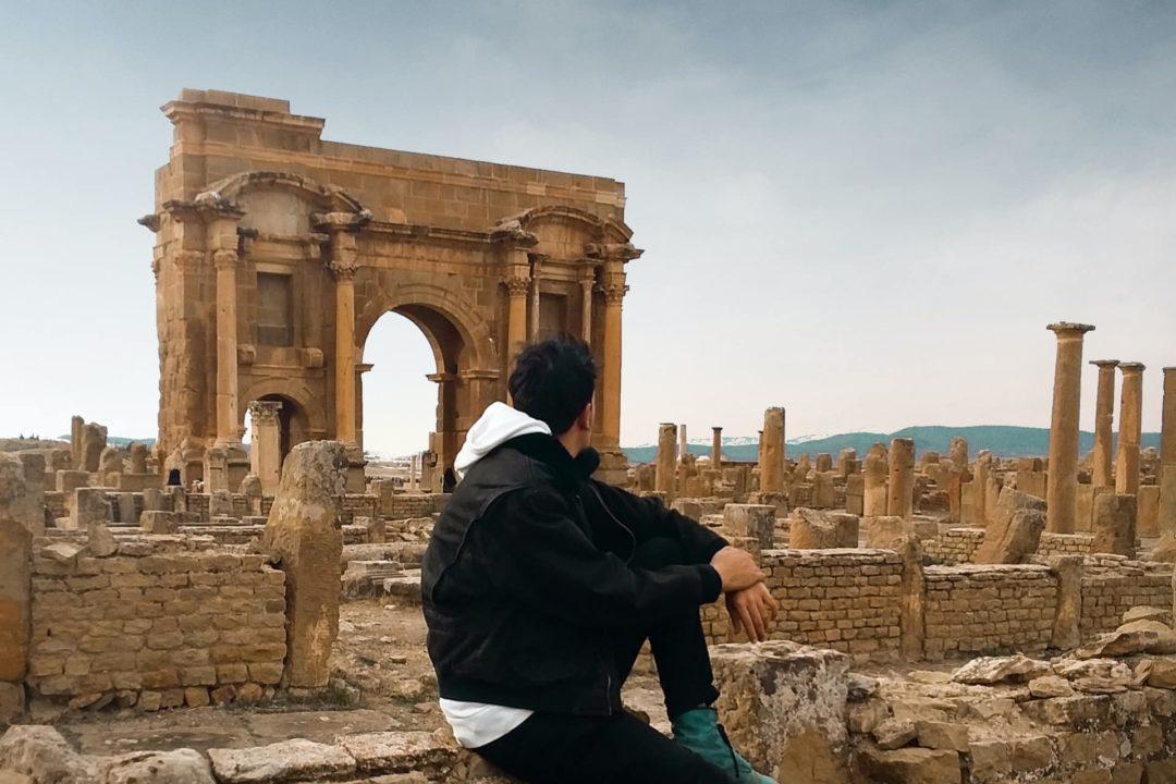 Homme assis et regardant devant lui, carte sim algerie