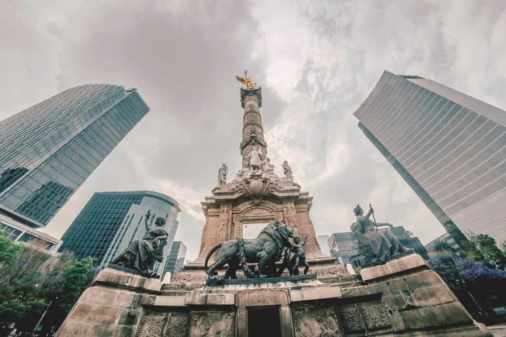 Ange de l´independance avec statues de lion à México, Mexique, que vois a mexico