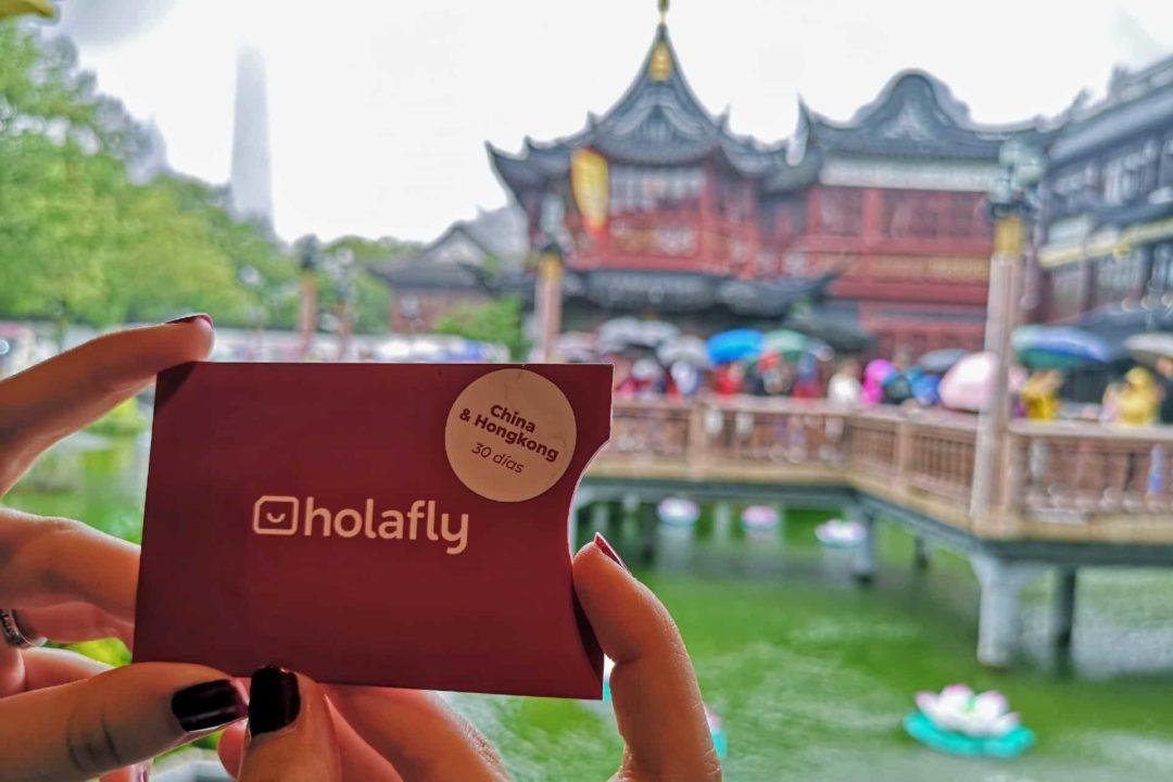 Femme tenant une carte SIM pour Hong Kong, carte sim hong kong