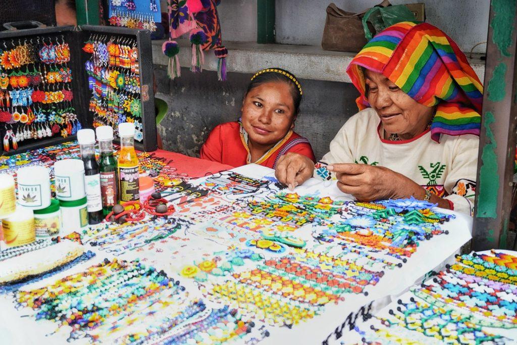 Deux femmes proposant leur artisanat huicol à la Riviera Nayarit, Mexique, que faire riviera nayarit