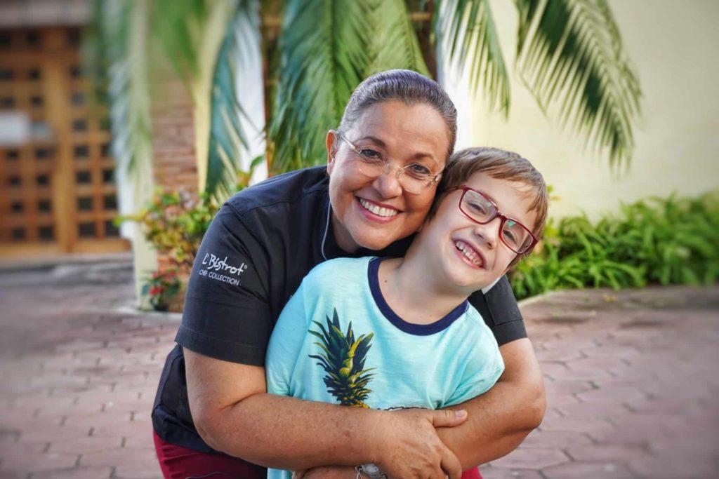 Betty Vasquez, juge de Masterchef Mexique en comagnie d´un enfant à la Riviera Nayarit au Mexique, que faire riviera nayarit