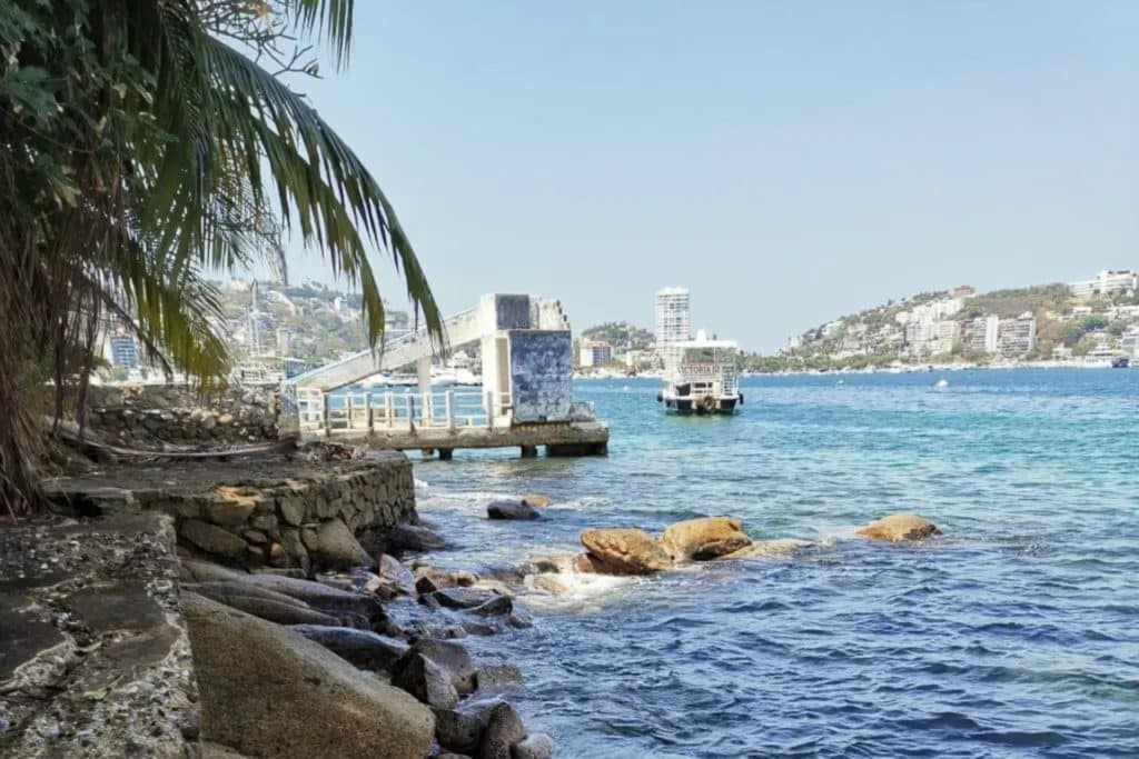 Pont sur la plage Caleta et Caletilla, acapulco mexique