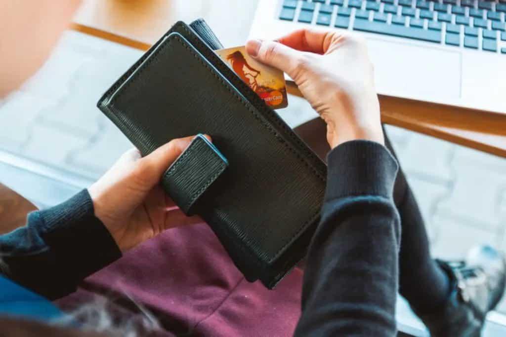 Une personne sortant sa carte de crédit de son porte-monnaie, monnaie mexique
