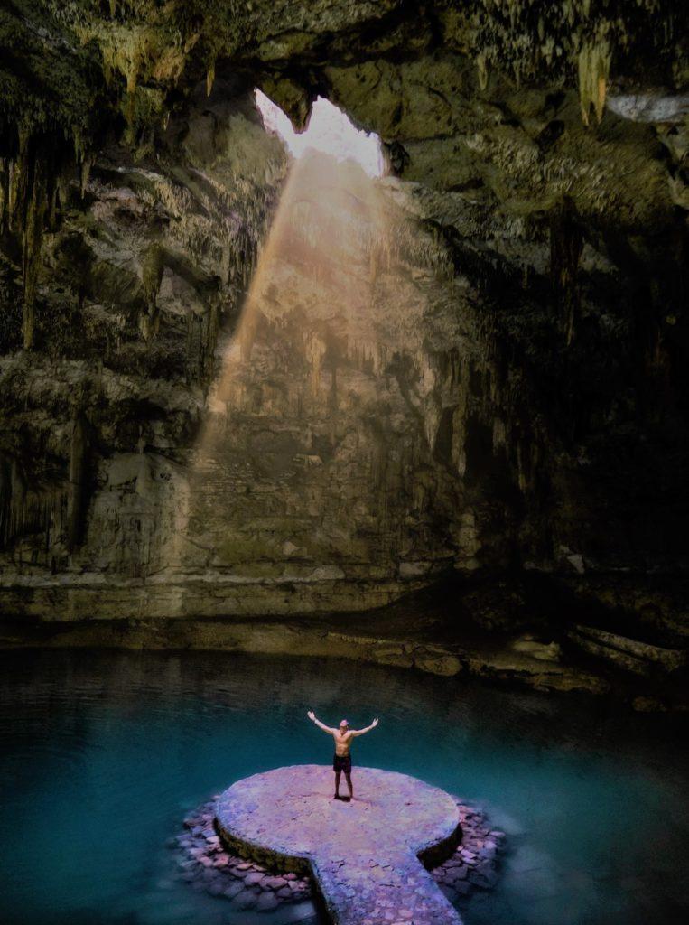 Homme levant les bras dans la grotte du Mexique