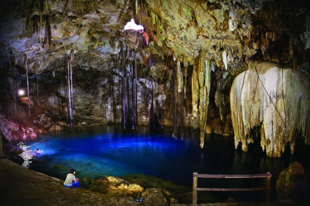 Personne assise dans la grotte de Cenote Sacrée