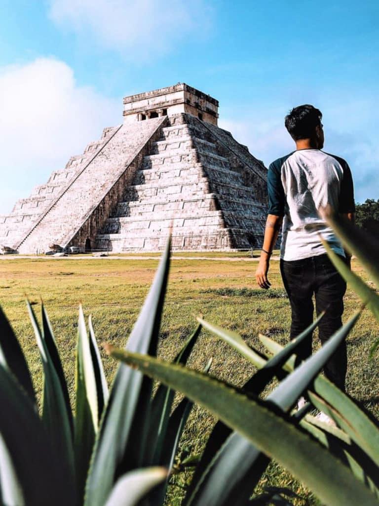 Homme se rendant à la pyramide de Kukulkán