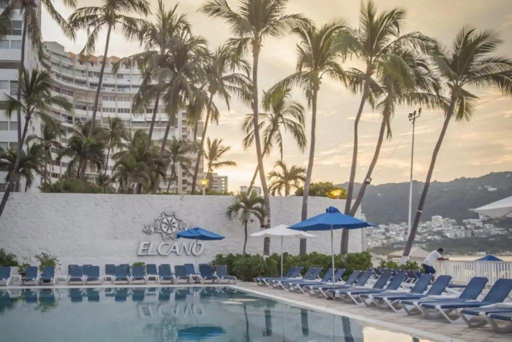 Hotel Elcano à Acapulco au Mexique avec sa piscine et transats
