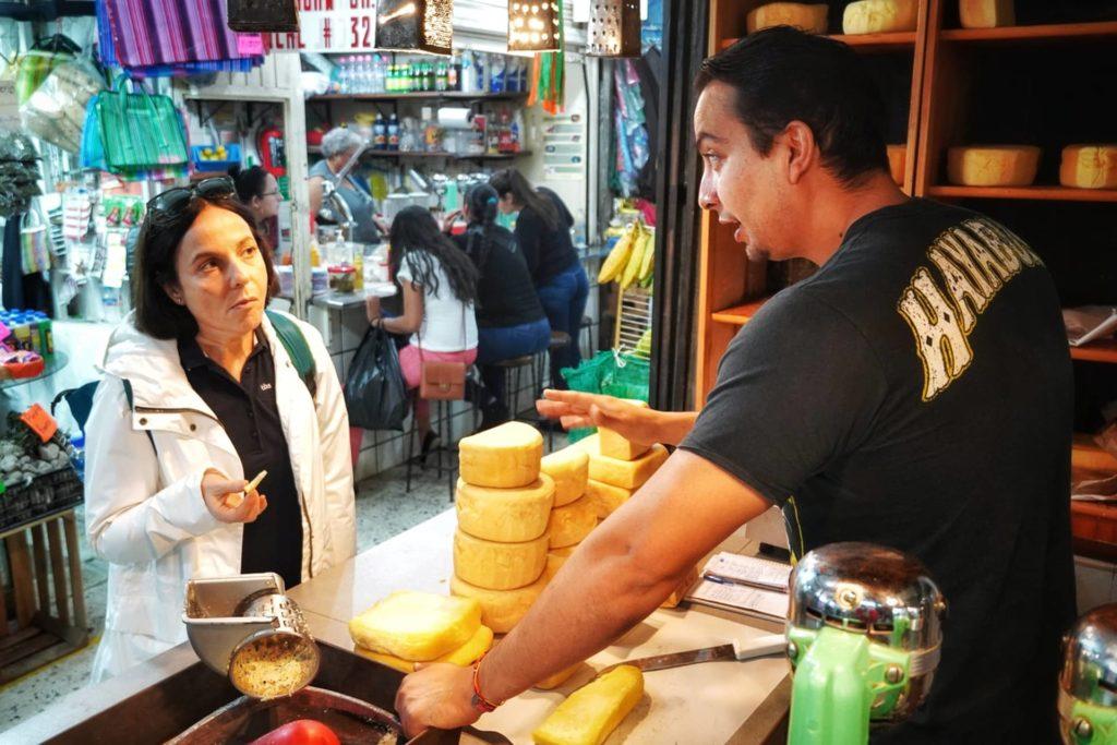 Femme achetant du fromage à un commerçant du marché Tépic au Mexique, que faire riviera nayarit
