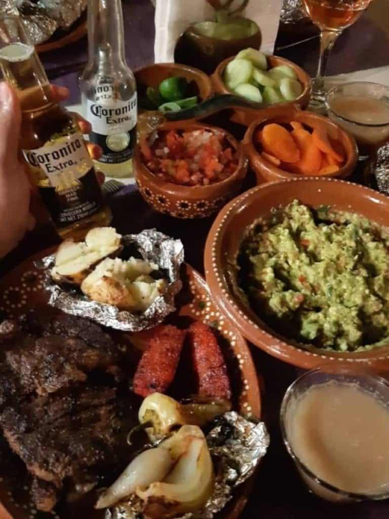 Assiettes de viande et de guacamole à México, Mexique, que voir a mexico