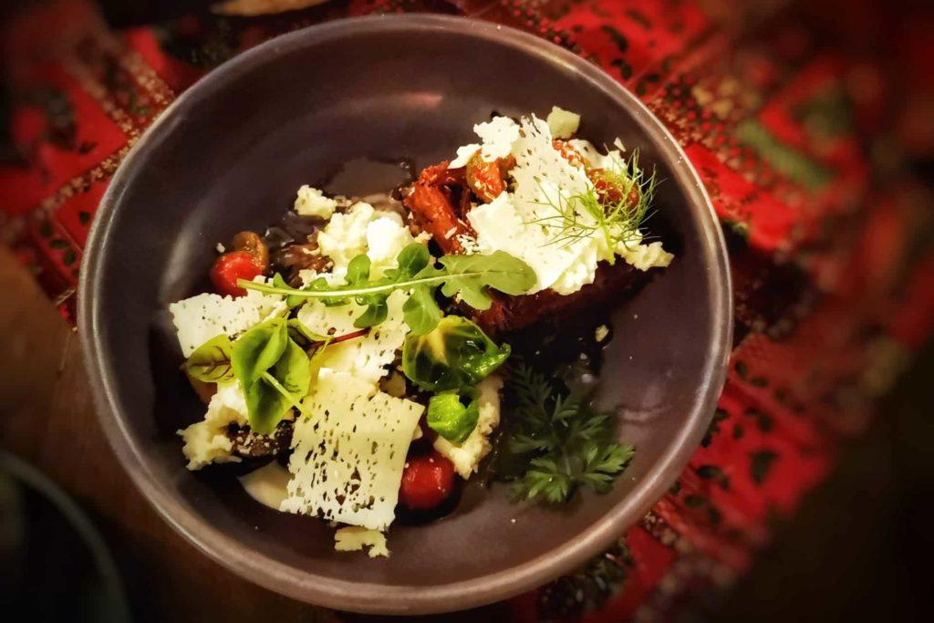 Assiette de fromages et tomates du restaurant Comida y Vino à la Riviera Nayarit au Mexique, que faire riviera nayarit