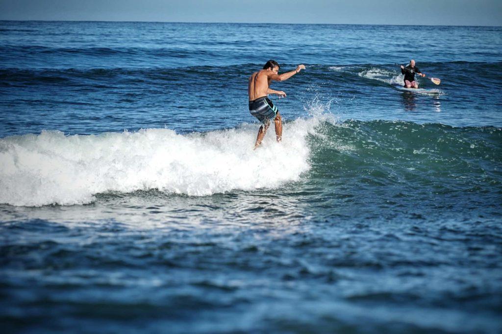 Deux surfeurs de la plage Sayulita, Riviera Nayarit au au Mexique, que faire riviera nayarit